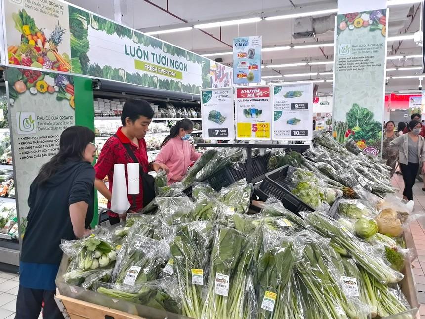 Các siêu thị trên địa bàn Tp.HCM đang chuẩn bị nguồn hàng hoá dồi dào cũng như đẩy mạnh giao hàng tại nhà.