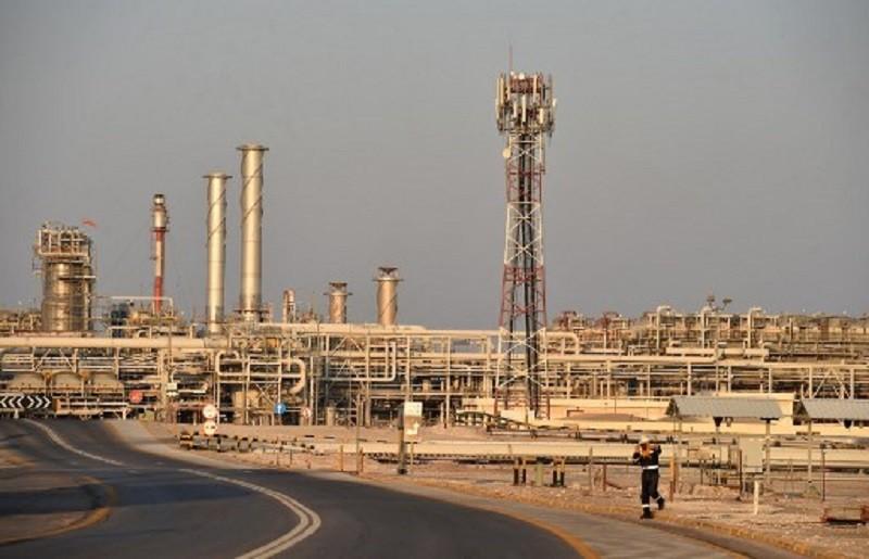 Các nhà phân tích cho rằng việc cắt giảm sản lượng quy mô lớn rất cần sự chung tay của không riêng các thành viên OPEC. Trong ảnh: Nhà máy lọc dầu Abqaiq của tập đoàn năng lượng Aramco tại Saudi Arabia. Ảnh: AFP