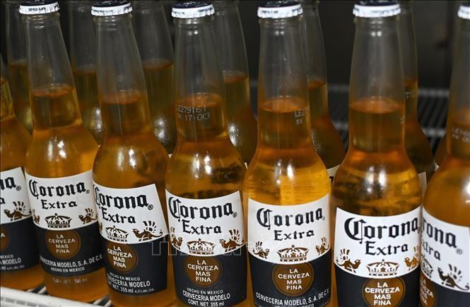 Bia Corona được bày bán tại Mexico City, Mexico. Ảnh: AFP/TTXVN
