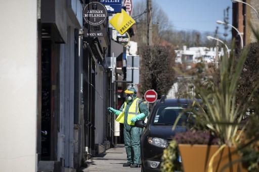 Nhân viên y tế hôm 30/3 phun khử trùng chống Covid-19 tại khu vực Neuilly-Plaisance, gần thủ đô Paris, Pháp. Ảnh: AFP