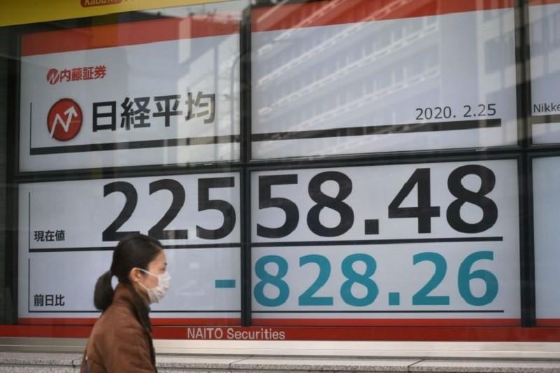 Chỉ số Nikkei 225 của Nhật Bản giảm 0,99% trong phiên giao dịch sáng 24/4, còn chỉ số Topix trượt nhẹ hơn với 0,78%. Ảnh: AFP