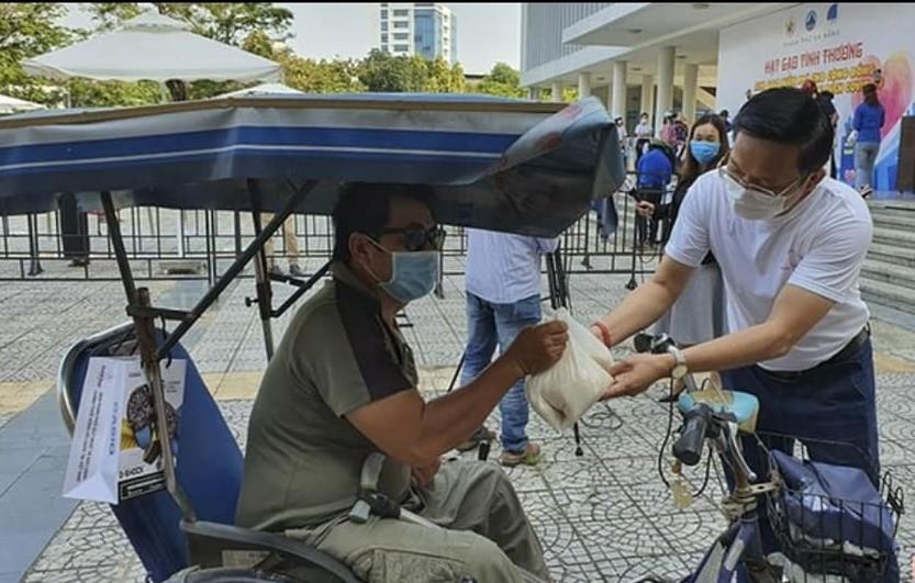 Anh Hà Đức Hùng trao gạo hỗ trợ cho người nghèo Đà Nẵng.