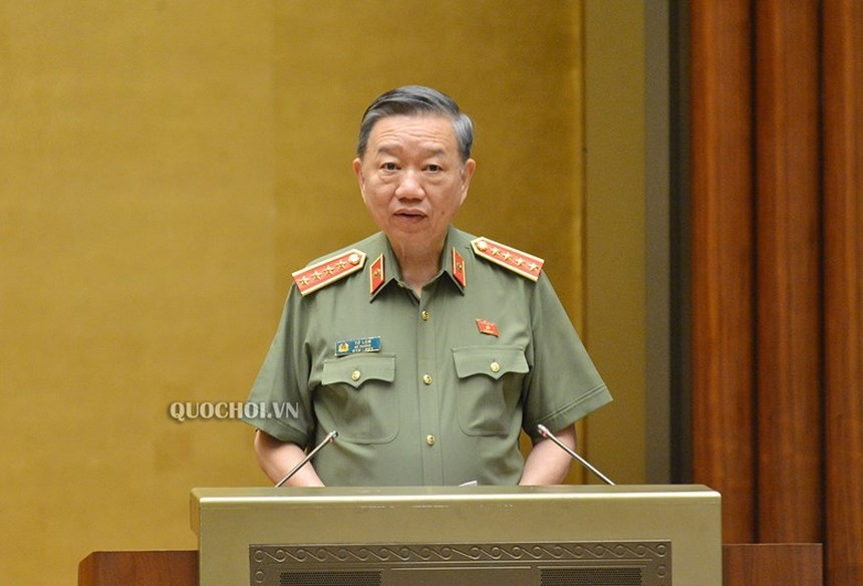 Bộ trưởng Bộ Công an Tô Lâm trình bày tờ trình dự án Luật Cư trú sửa đổi.