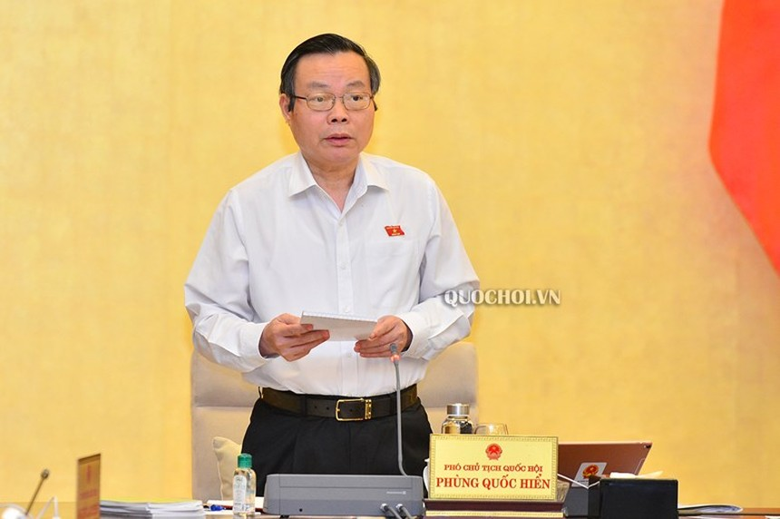 Phó chủ tịch Quốc hội điều hành phiên thảo luận.
