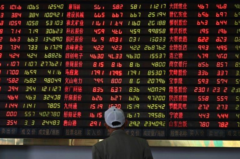 Chứng khoán Trung Quốc đại lục nhuốm đỏ trong phiên giao dịch sáng nay 2/6. Ảnh: AFP