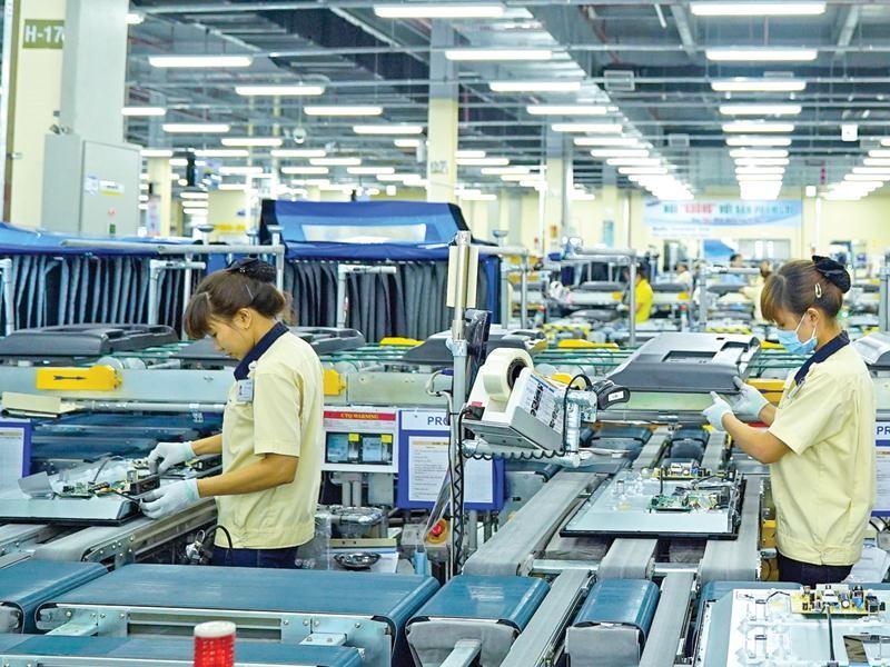 """Trong giai đoạn mới, thu hút FDI cần phải chuyển sang trạng thái chủ động """"đi săn"""" những nhà đầu tư lớn đáp ứng yêu cầu, phù hợp với hạ tầng và mang lại lợi ích lớn nhất. Trong ảnh: Nhà máy của Samsung tại Thái Nguyên. Ảnh: Đ.T"""