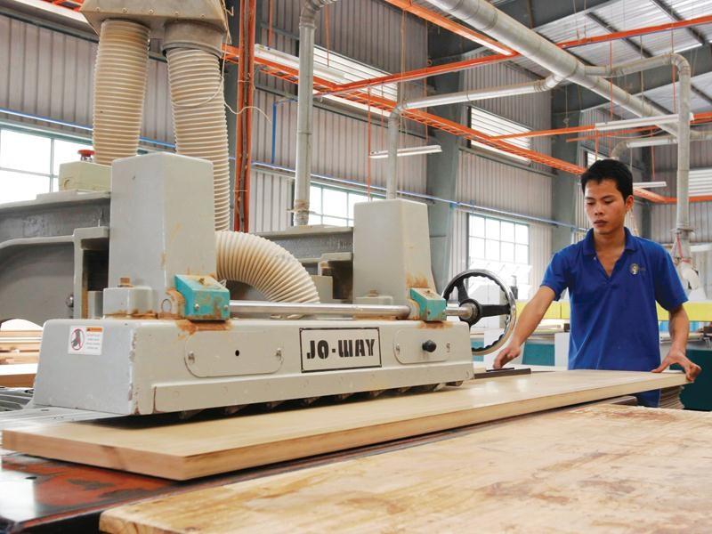 Năm 2019, xuất khẩu gỗ và sản phẩm gỗ của Việt Nam sang EU đạt 847 triệu USD, tăng 8,7% so với năm 2018. Trong ảnh: Xưởng chế biến gỗ tại Đồng Kỵ (Từ Sơn, Bắc Ninh). Ảnh: Đức Thanh
