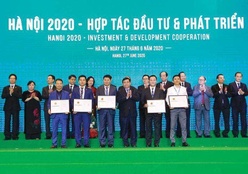 """Bộ trưởng Bộ Kế hoạch và Đầu tư Nguyễn Chí Dũng trao quyết định chủ trương đầu tư cho các doanh nghiệp tại Hội nghị """"Hà Nội 2020 - Hợp tác đầu tư và phát triển"""""""