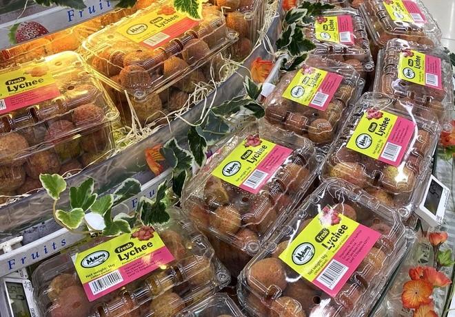 Vải thiều Việt Nam được bán tại một siêu thị ở Singapore. Ảnh: Nguyễn Tùng Lâm.