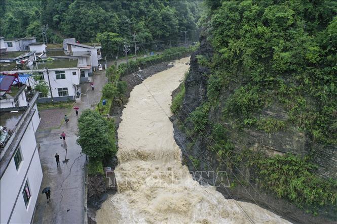 Nước lũ trên sông ở Trùng Khánh, tây nam Trung Quốc, ngày 1/7/2020. Ảnh: THX/TTXVN