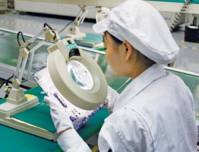 Foxconn là một 3 nhà sản xuất iPhone lớn nhất tại Trung Quốc và Ấn Độ đã đầu tư vào Việt Nam. Trong ảnh: Sản xuất tại nhà máy của Foxconn tại Hải Phòng.