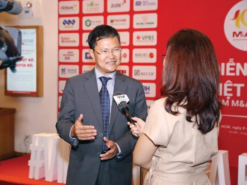 Nhà báo và doanh nhân cùng truyền cảm hứng, động viên, tạo cơ hội học hỏi và cùng nhau đạt được thành công (Ảnh: Báo chí tác nghiệp, phỏng vấn doanh nhân tại Diễn đàn Mua bán - sáp nhập doanh nghiệp Việt Nam do Báo Đầu tư tổ chức).