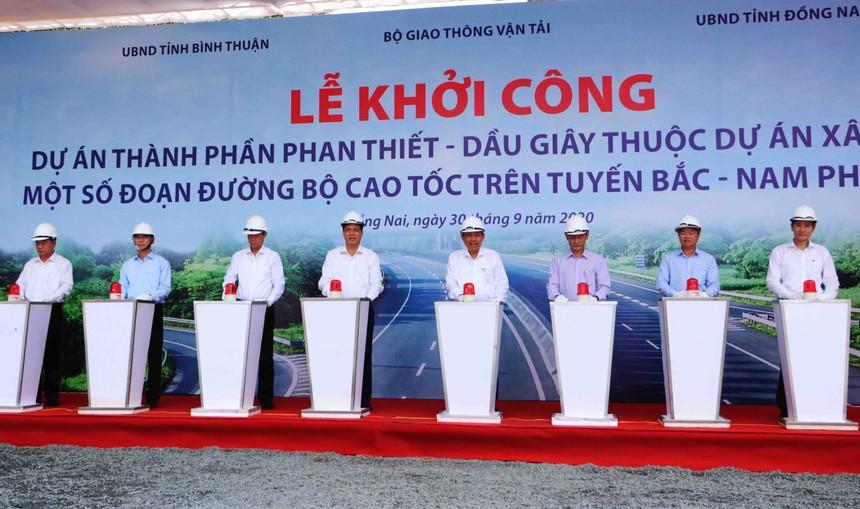 Phó Thủ tướng thường trực Chính phủ Trương Hoà Bình đã tham gia nghi thức bấm nút khởi động dự án. Ảnh: Phạm Tùng