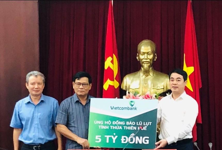 Thay mặt Vietcombank, ông Nghiêm Xuân Thành Chủ tịch HĐQT (ngoài cùng bên phải) trao số tiền 5 tỷ đồng ủng hộ đồng bào tỉnh Thừa Thiên Huế