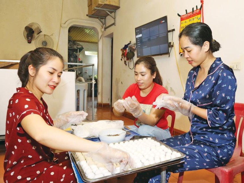 Bà Lê Thị Phương Anh, Giám đốc Công ty Thương mại và Du lịch SAB (ngoài cùng bên phải) làm bánh để tăng thêm thu nhập.