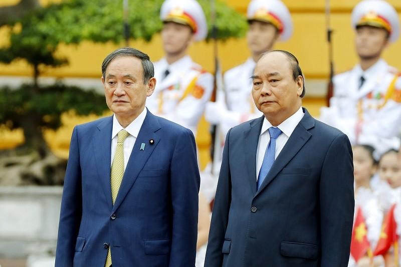 Việt Nam là quốc gia đầu tiên mà ông Suga Yoshihide (bìa trái) lựa chọn thăm chính thức sau khi nhậm chức Thủ tướng Nhật Bản vào tháng 9/2020. Ảnh: Đức Thanh