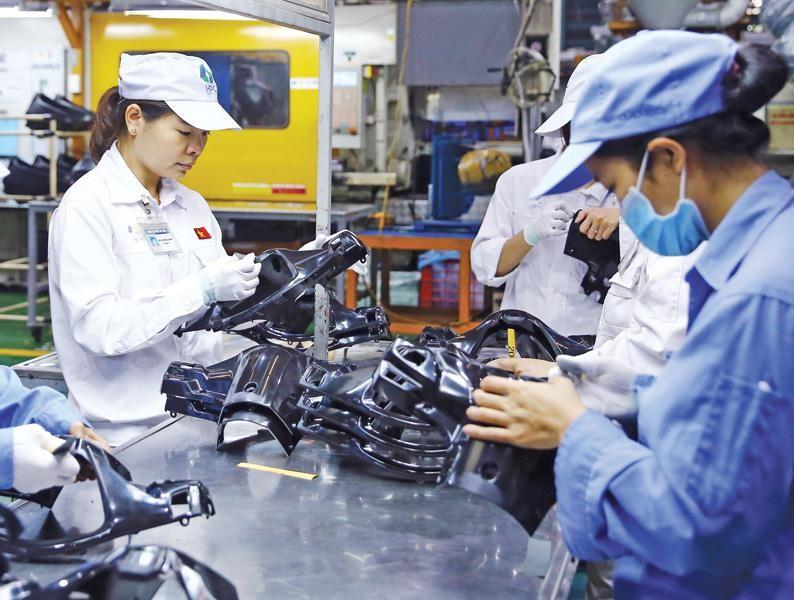 Dây chuyền sản xuất thiết bị phụ trợ của Công ty cổ phần Nhựa Hà Nội. Ảnh: Đức Thanh