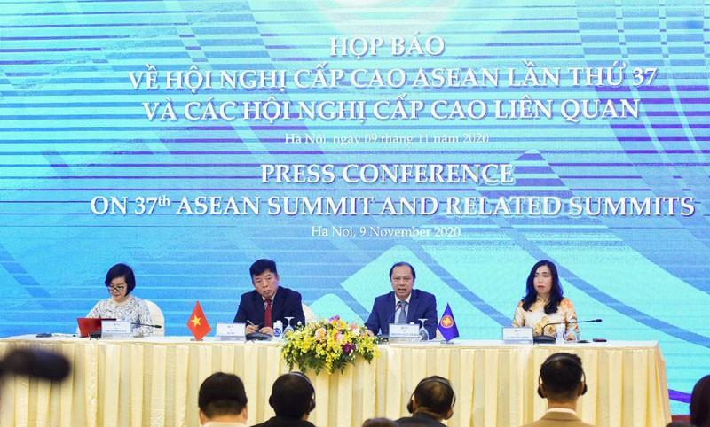 Thứ trưởng Bộ Ngoại giao Nguyễn Quốc Dũng chủ trì buổi họp báo về Hội nghị cấp cao ASEAN 37 và các Cấp cao liên quan (Ảnh: Báo Quốc tế)