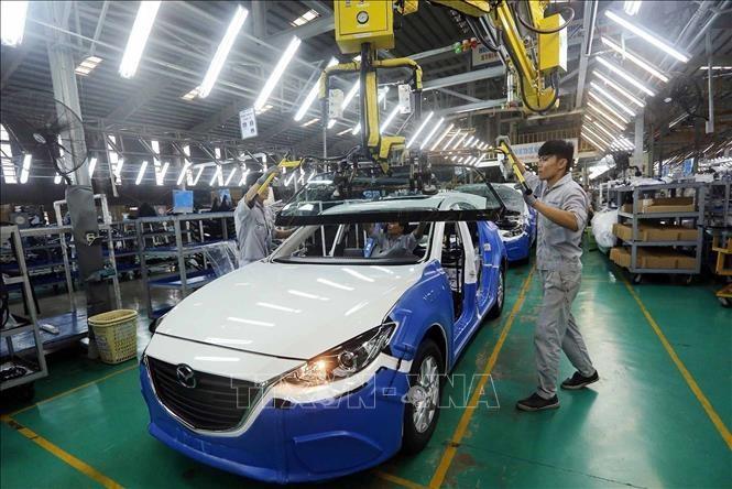 Dây chuyền lắp ráp xe Mazda của Công ty Cổ phần Ô tô Trường Hải trong Khu Kinh tế mở Chu Lai (Quảng Nam). Ảnh minh họa: TTXVN
