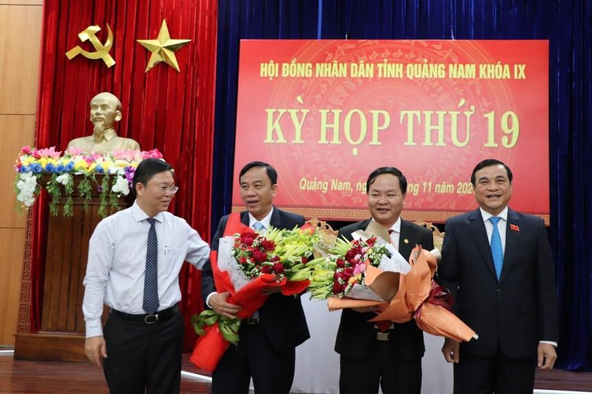 Lãnh đạo tỉnh Quảng Nam tặng hoa chúc mừng ông Nguyễn Hồng Quang và ông Trần Xuân Vinh.