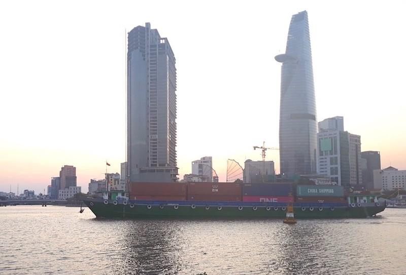 Tàu vận chuyển hàng hoá trên sông Sài Gòn tháng 03/2020 (Ảnh minh hoạ: Hồng Phúc).