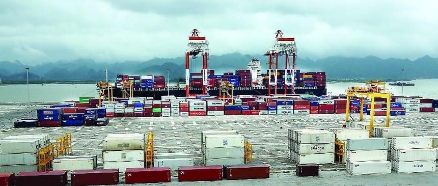 Tàu lớn vào làm hàng tại cảng container quốc tế Hải Phòng. Ảnh: Duy Thính (báo Hải Phòng).