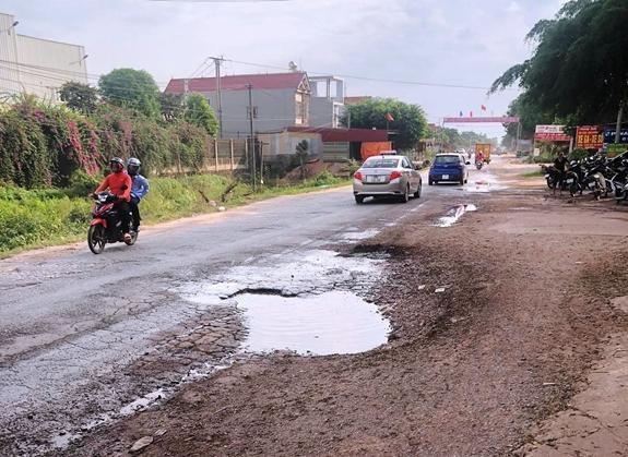 Mặt đường Quốc lộ 31 đoạn qua tỉnh Bắc Giang xuống cấp, gồ ghề, ảnh hưởng đến các phương tiện lưu thông. (Ảnh: qdnd).
