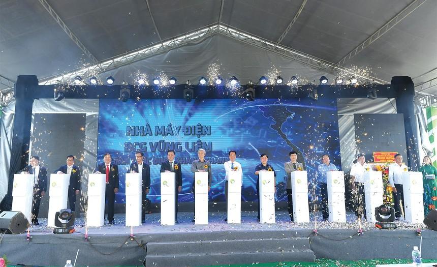 Các khách mời bấm nút khánh thành Nhà máy điện mặt trời VNECO Vĩnh Long