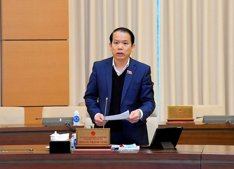 Chủ nhiệm Ủy ban Pháp luật Hoàng Thanh Tùng báo cáo tại phiên họp sáng 11/1