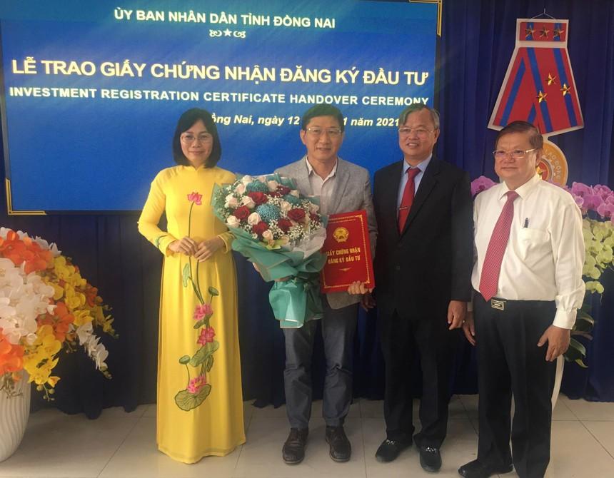 Ông Cao Tiến Dũng, Chủ tịch UBND tỉnh Đồng Nai (đứng thứ 2 từ bên phải) trao giấy phép, chụp ảnh lưu niệm với nhà đầu tư.