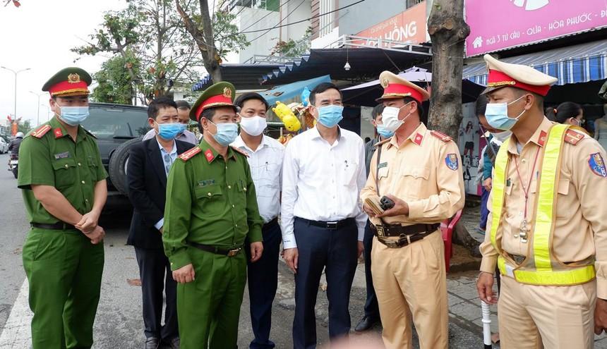 Chủ tịch UBND TP.Đà Nẵng, ông Lê Trung Chinh kiểm tra các chốt phòng chống Covid-19 trên địa bàn thành phố.