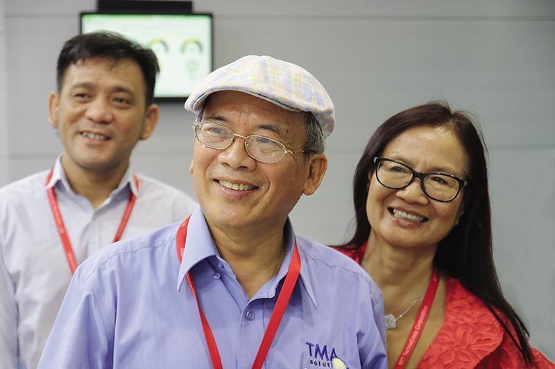 Ông Nguyễn Hữu Lệ, vợ và đồng nghiệp