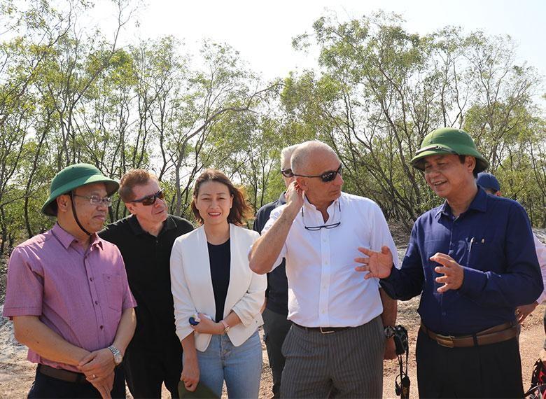 Lãnh đạo tỉnh Quảng Trị trao đổi với ông Luca Dragonetti tại chuyến khảo sát đầu tư của đoàn công tác Công ty Năng lượng ENI Việt Nam tại Quảng Trị.