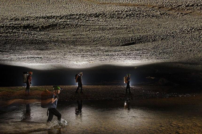 Du khách khám phá Hang Én – hang động lớn thứ 3 thế giới tại Quảng Bình. Nguồn ảnh: Oxalis