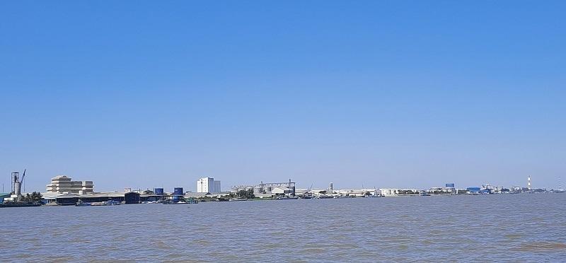 Khu công nghiệp Trà Nóc (Cần Thơ) nhìn từ sông Hậu