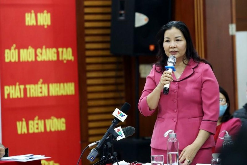 Bà Trần Thị Phương Lan, quyền Giám đốc Sở Công Thương Hà Nội đề nghị UBND huyện Mê Linh kiên quyết chỉ đạo sản xuất theo kế hoạch, không để người dân trồng tự phát, dẫn đến tình trạng dư cung (Ảnh: Hồ Hạ).