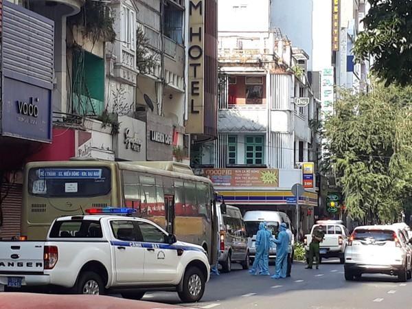 Lực lượng y tế phun thuốc khử khuẩn 1 khách sạn có người Trung Quốc nhập cảnh trái phép lưu trú