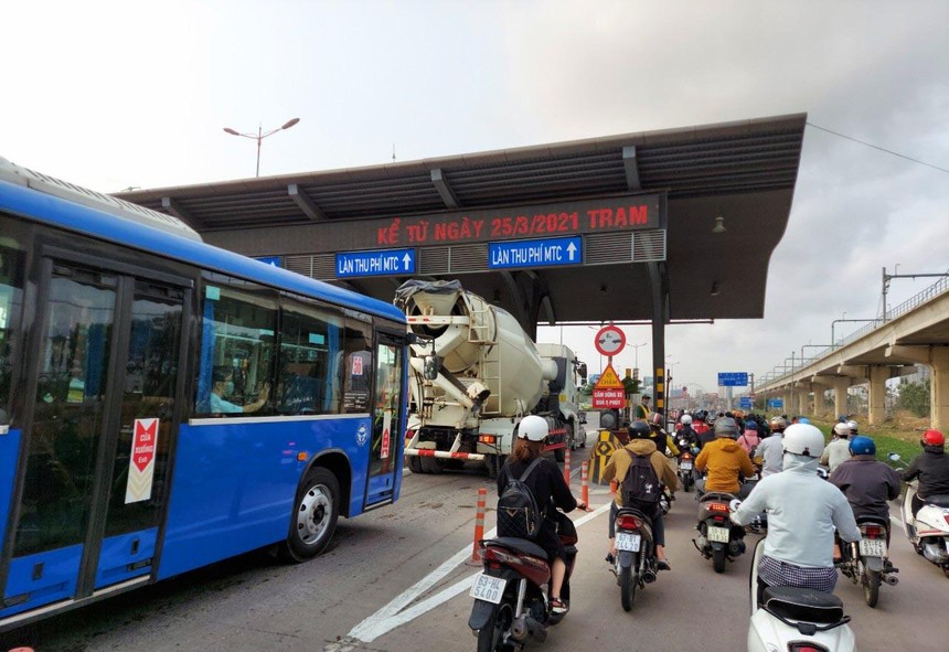 Lượng lớn phương tiện giao thông ùn ứ chờ mua xé qua Trạm thu phí BOT Xa lộ Hà Nội đầu ngày tái thu phí đầu tiên.