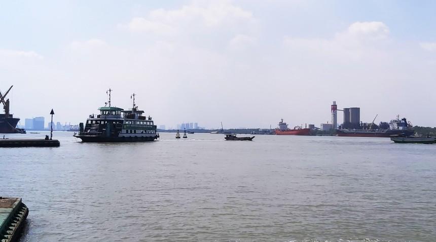 Hiện nay, lưu thông trực tiếp từ TP.HCM tới huyện Nhơn Trạch (tỉnh Đồng Nai) phải thông qua phà Cát Lái mất rất nhiều thời gian. Ảnh: Ngọc Tuấn