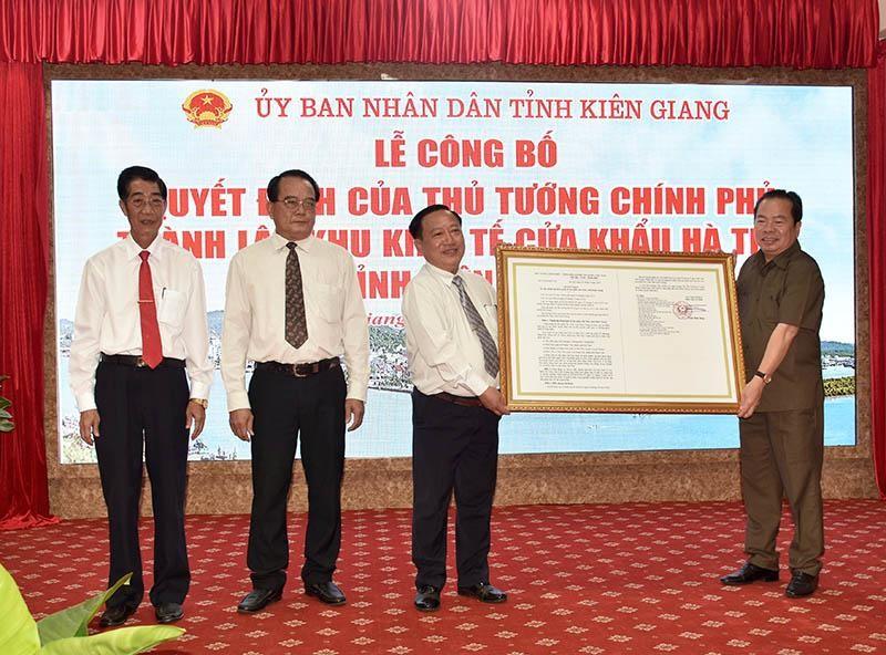 Lãnh đạo tỉnh Kiên Giang công bố Quyết định của Thủ tướng Chính phủ về việc thành lập Khu kinh tế cửa khẩu Hà Tiên.