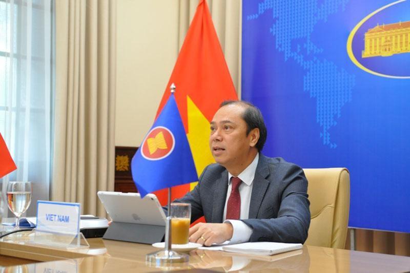 Thứ trưởng Bộ Ngoại giao Nguyễn Quốc Dũng, Trưởng SOM ASEAN Việt Nam tham dự Hội nghị từ điểm cầu Việt Nam (Ảnh: BNG)