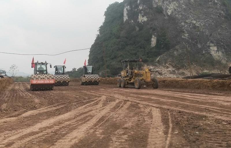 Thi công cao tốc Bắc - Nam đoạn Mai Sơn - Quốc lộ 45.