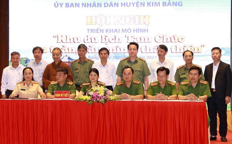 Đại diện các đơn vị ký giao ước phối hợp xây dựng Khu du lịch Tam Chúc bảo đảm an toàn, văn minh, thân thiện.