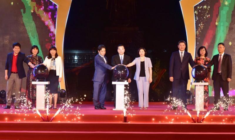 Các đại biểu thực hiện nghi thức khai mạc Lễ hội Du lịch và Văn hóa ẩm thực Hà Nội 2021. (Ảnh: Viết Thành).