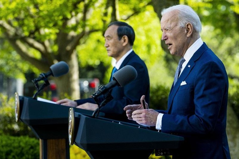 Tổng thống Mỹ Joe Biden và Thủ tướng Nhật Bản Yoshihide Suga đồng chủ trì buổi họp báo chung tại Vườn Hồng, Nhà Trắng hôm 16/4. Ảnh: AFP