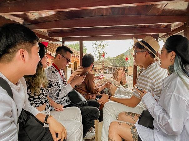 Du khách thích thú với các trải nghiệm tại Trung tâm văn hóa Trúc Lâm Yên Tử do Kiến trúc sư Bill Bensley thiết kế.