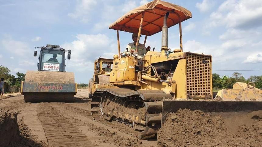 Thi công san nền tại Dự án đường cao tốc Trung Lương - Mỹ Thuận.