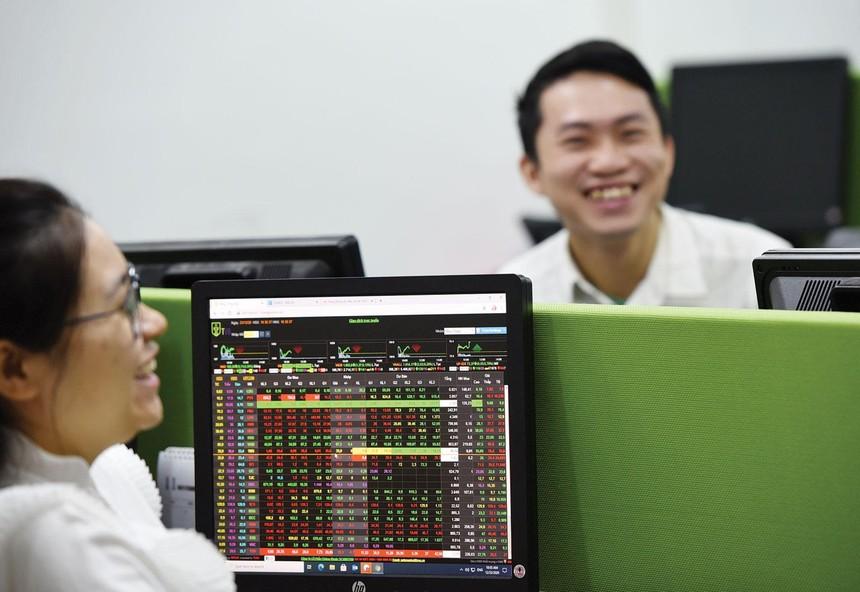 Thị giá cổ phiếu ngân hàng tăng cao mang lại niềm vui cho cổ đông, nhà đầu tư