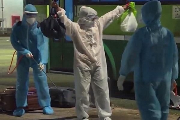 Lực lượng chức năng tỉnh Đồng Nai phun khử trùng trước khi vào khu cách ly