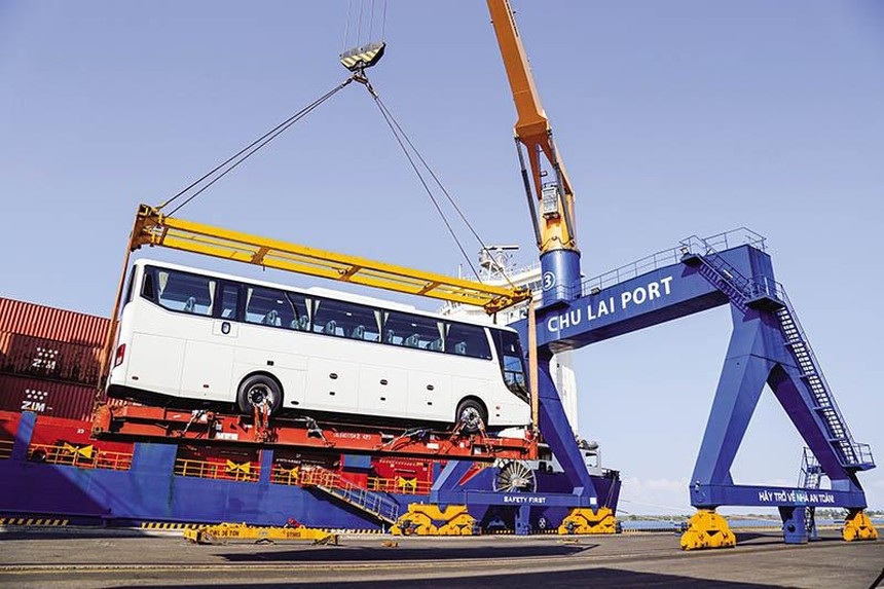 Nhiều tập đoàn kinh tế tư nhân lớn đang cơ cấu lại hoạt động, hướng tới các ngành công nghệ, hướng ra thị trường toàn cầu. Trong ảnh: Chuyến hàng xuất khẩu xe bus Thaco sang Thái Lan